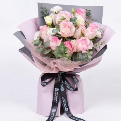 貌美如花 9枝桃红雪山玫瑰搭配白桔梗、白色多丁、尤加利叶