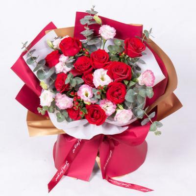 我的最爱 11枝卡罗拉红玫瑰搭配粉边白色洋桔梗、尤加利叶、红豆